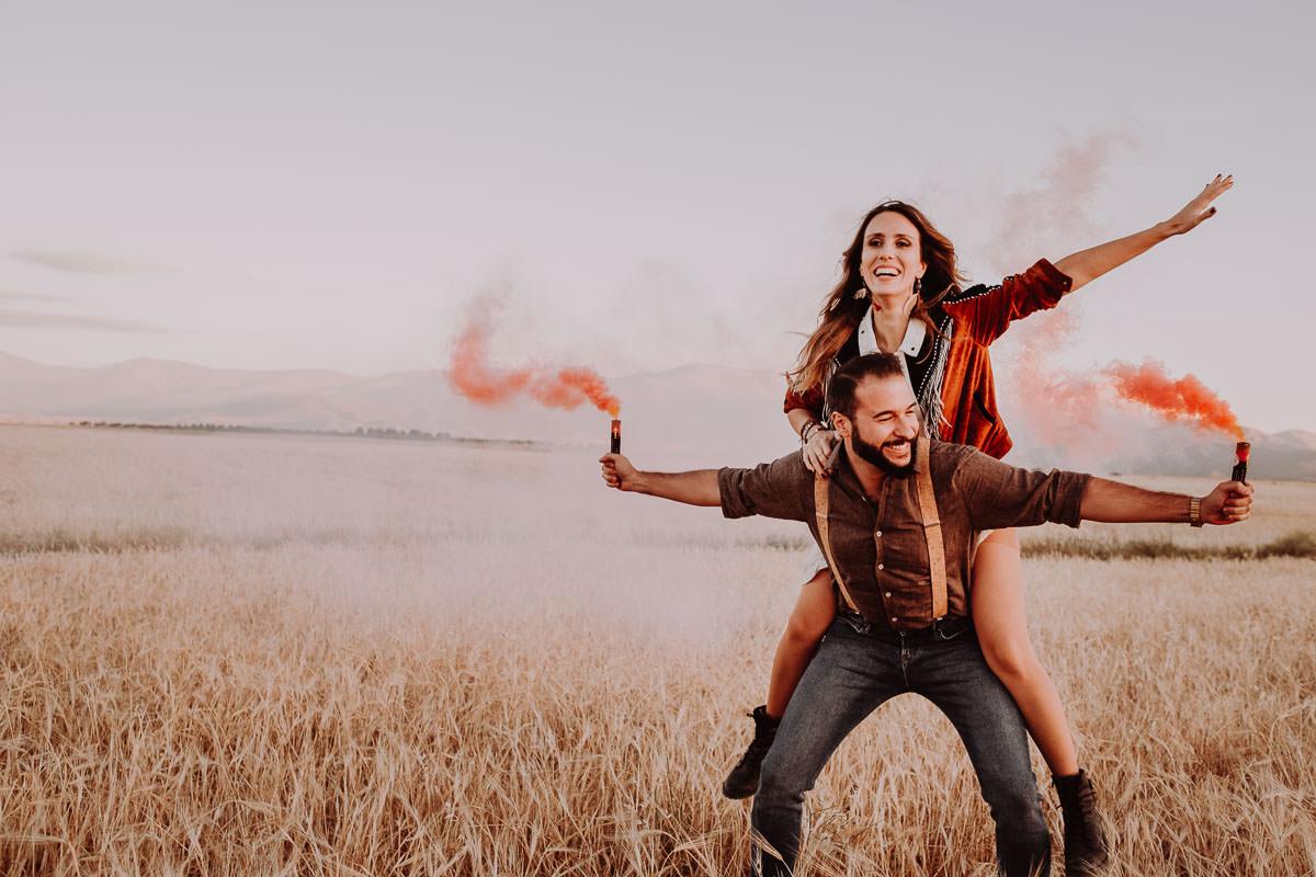 Love Wanderers Preboda Boho con bombas de humo en Granada